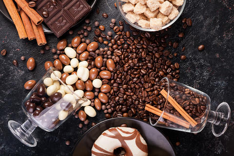 Spilled glasses with coffee beans and peanuts in chocolate Photo