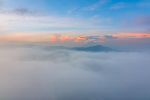 Thick Fog between the Mountain Peaks at Dawn フォト