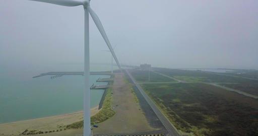 Amazing 4k Aerial shot of a Wind Turbine Power Generator ビデオ