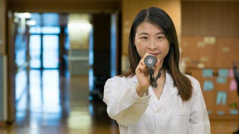 Asian female doctor outside hospital wards hallway Live影片