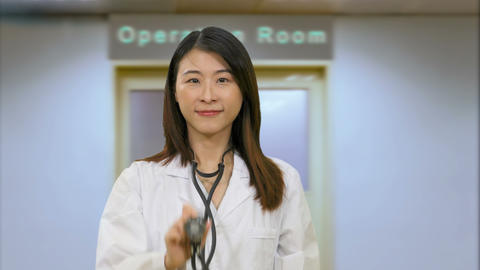 Asian female doctor outside hospital operation room Live影片