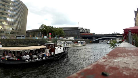 ドイツ ベルリンのシュプレー川を行きかう観光船 ビデオ
