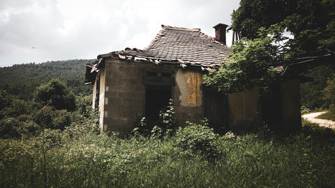 Old abandoned and destroyed house in mountain フォト