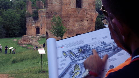 shoulders guide explains with drawing help as it was an ancient Roman villa フォト