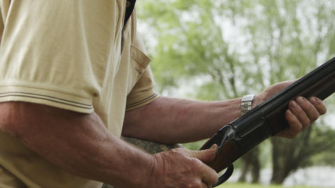 man makes a shot from a hunting rifle Archivo