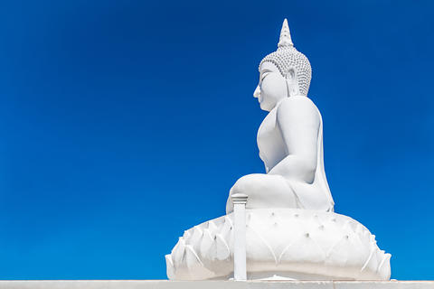 Big concrete Buddha statue with blue sky フォト