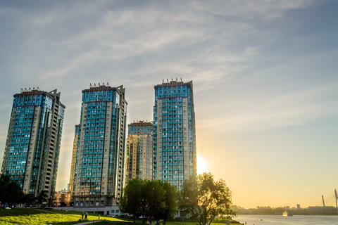 High-rises towes by the river フォト