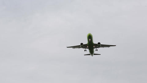 The plane is landing 001 Live Action
