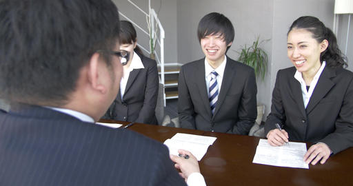 Japanese new employees laugh at new Boss's story ビデオ