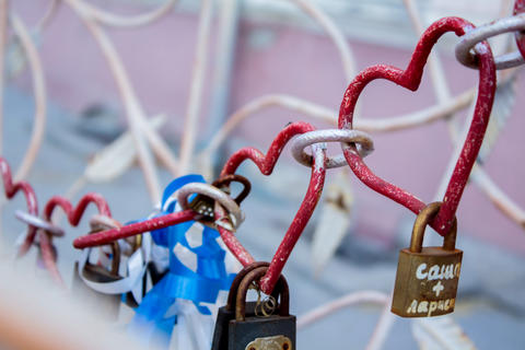 Heart shaped love padlock - beautiful wedding day custom. Shallow depth of field Fotografía