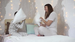 Mom and son beat each other with pillows having a good mood HD ビデオ
