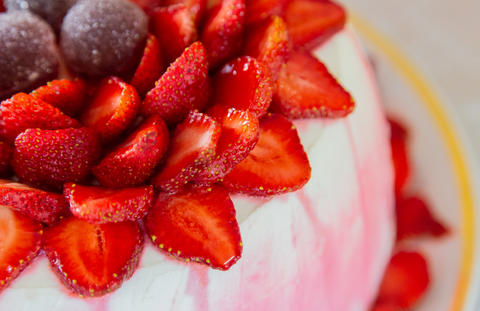 Bright beautiful mouth-watering strawberry cake and cream フォト