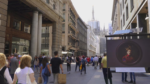 Milan, Italy Corso Vittorio Emanuele II street with crowd ビデオ