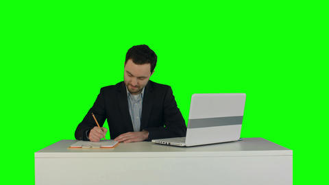 Human hand writing on a paper with laptop on a Green Screen ビデオ