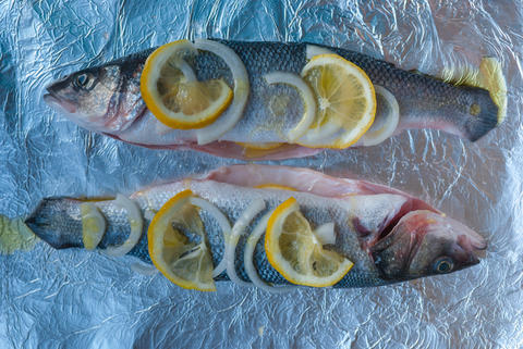 Two pre-cut fish on the foil. Lemon, onion slices, olive oil. Now you need to フォト