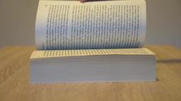 Scrolling through a book ビデオ