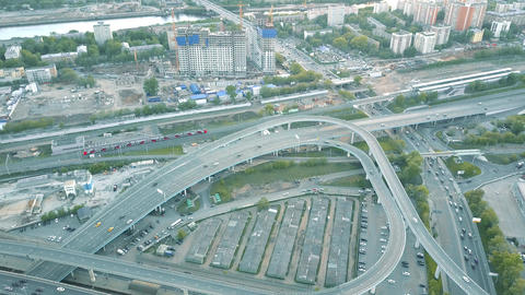 City road interchange and moving commuter train Live影片