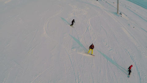 Aerial view of skiers and snowboarders 圖片