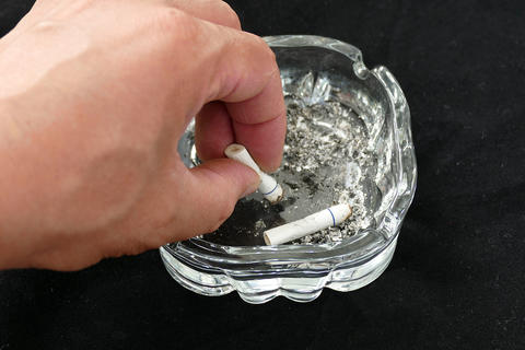 cigarette ashtray to extinguish the cigarette, throw cigarette butts in the Fotografía