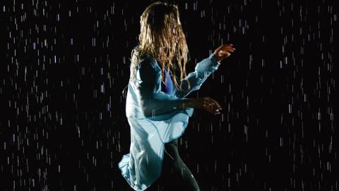 Beautiful Female Hip Hop Dancer In The Rain ビデオ
