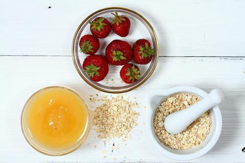 Face mask from strawberry, yogurt, oatmeal and honey Photo