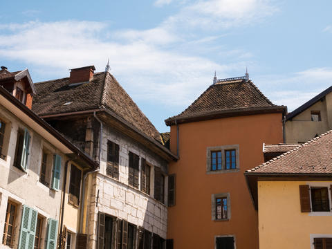 detail on windows and roof of a historic house in the center of Annecy, France フォト