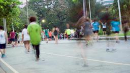 BANGKOK, THAILAND - CIRCA March 2017: Timelapse of people running in Lumpini ビデオ