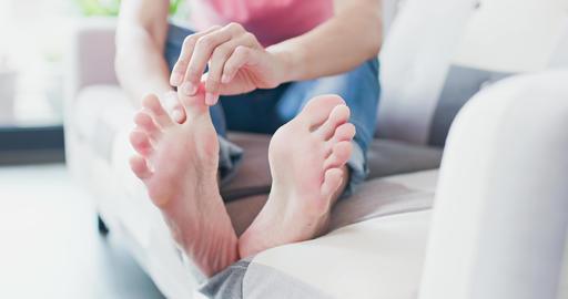 woman with athlete foot影片素材