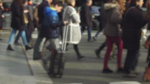 Blurry pedestrians walking ビデオ