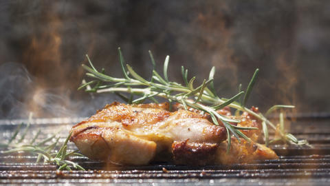 Cinemagraph - Chicken Meat On Barbecue With Smoke and Flames Animation Archivo