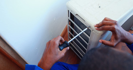 Repairman fixing air conditioning ライブ動画