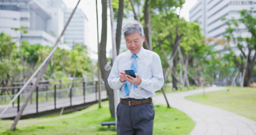 old businessman use phone ビデオ