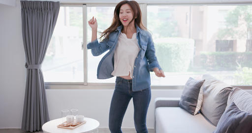 woman smile happily and dance Live影片