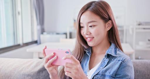 woman play mobile phone ライブ動画