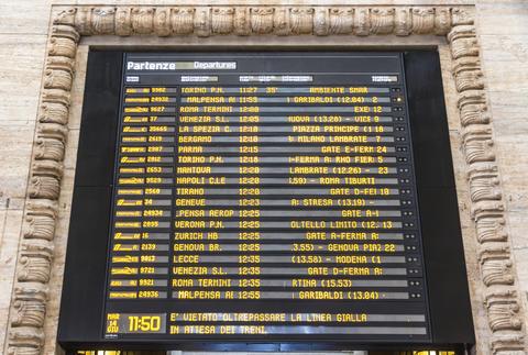 Departure schedule board of Milan Central Railway Station, Italy Fotografía