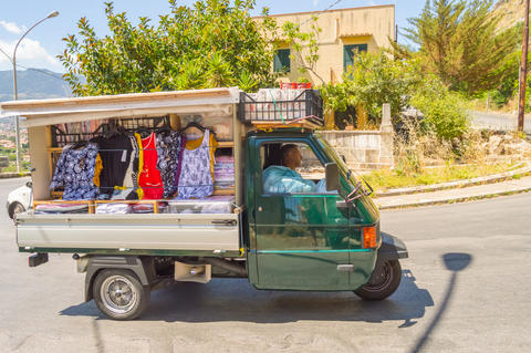 Palerme, Sicily, Europe-10/06 / 2018.Small truck selling clothes フォト