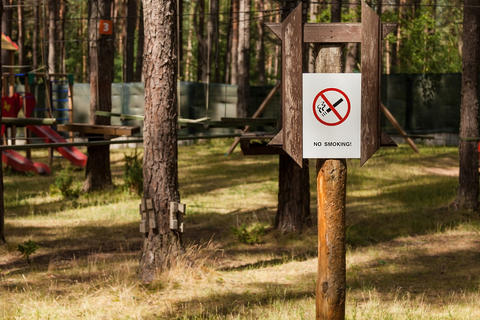 Prohibiting sign in the park Fotografía