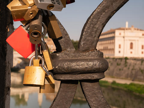 locks hanging on the bridge near Castel Sant Angelo in Rome Fotografía