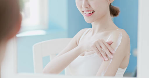 woman apply cream with shoulder Live影片