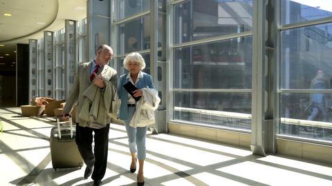 Senior couple of tourists ビデオ