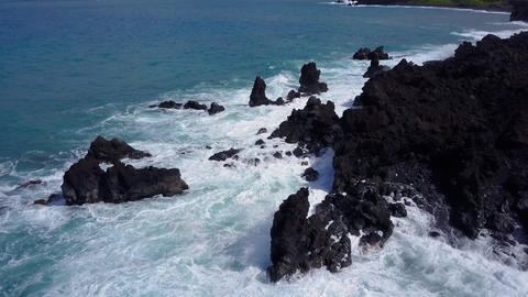 Flying Over The Rugged Coastline Of Hawaii ビデオ
