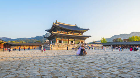 Hyper lapse of tourists swarming through Gyeongbokgung Palace in Seoul Live Action