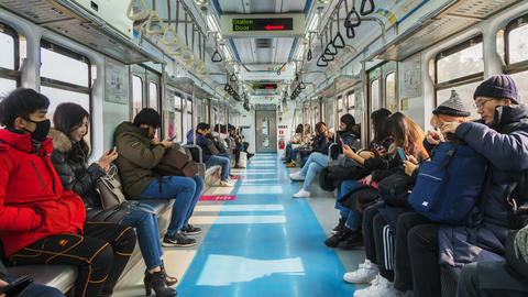 Timelapse People check their smartphones in a commuter train,Seoul Subway,South ビデオ