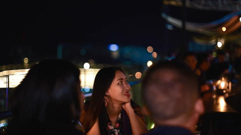group of friends chatting at outdoor bar Live影片