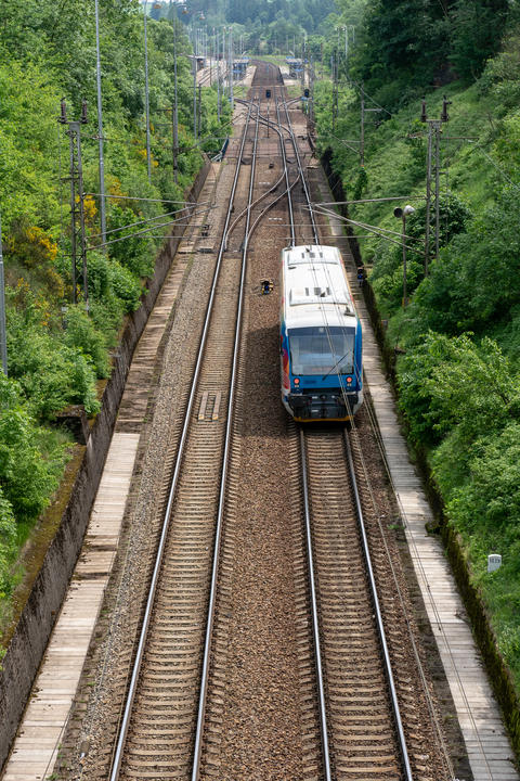View on two railway track lines and train フォト