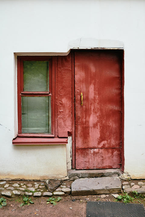 White wall with red window and door フォト