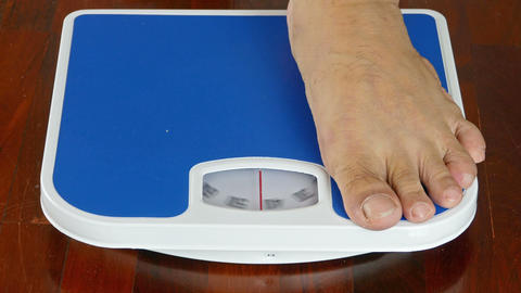close-up 4K,male measuring weight on health scale Archivo