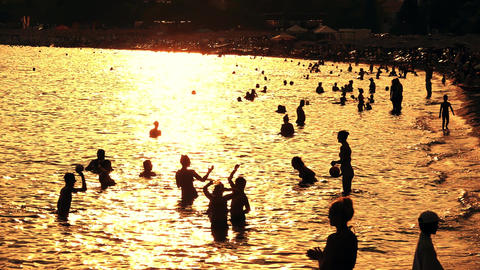 Slow motion shot of crowded beach in the evening ビデオ