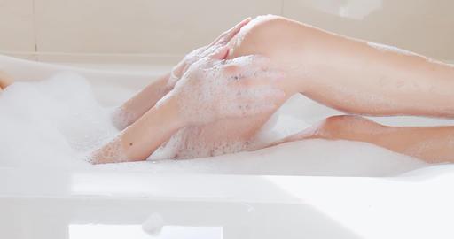 woman wash her leg Live影片