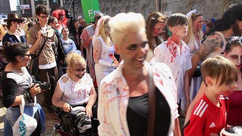Last horde of zombies walking on Birmingham Zombie Walk ビデオ